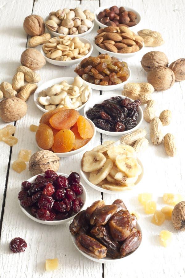 Nueces delicadas y frutas secadas imágenes de archivo libres de regalías
