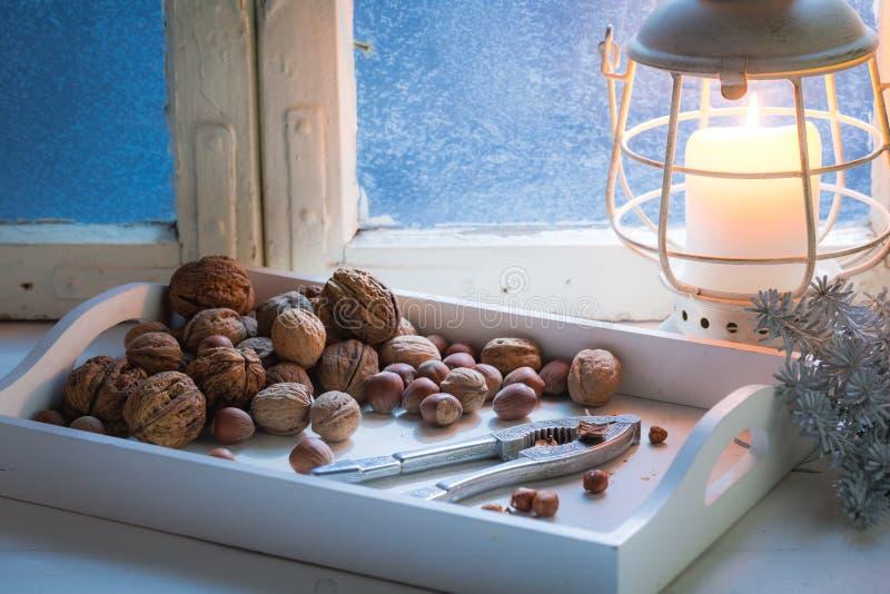 Nueces duras y sabrosas con los cascanueces para la Navidad por la tarde fría fotografía de archivo libre de regalías