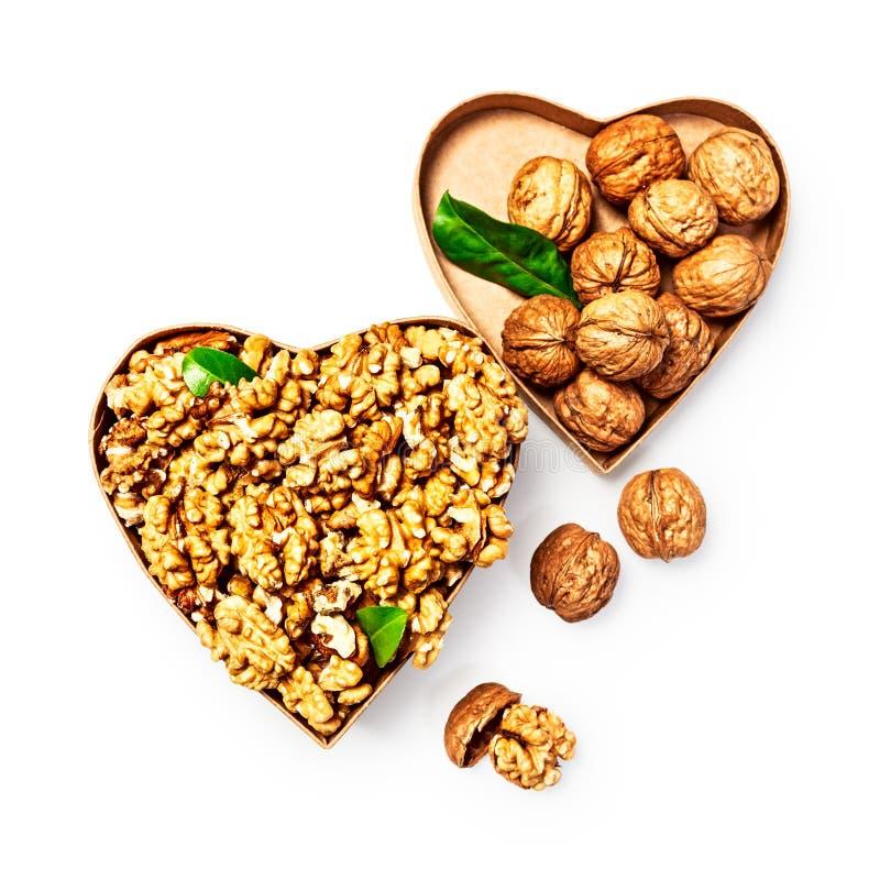 Nueces en caja del corazón fotos de archivo