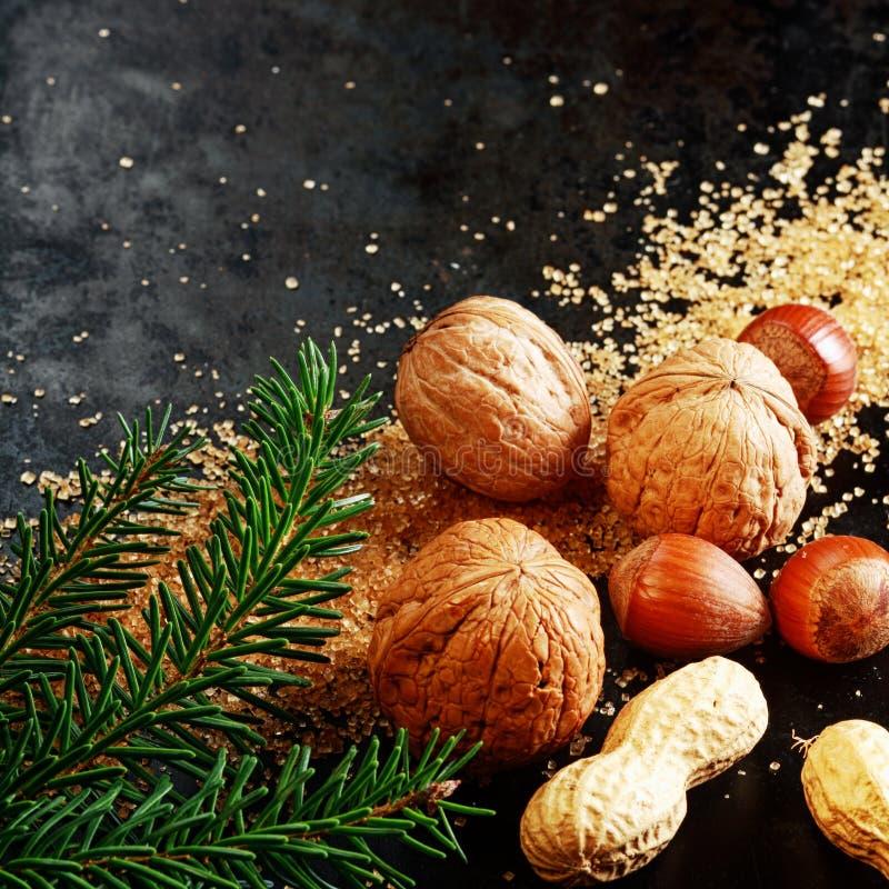 Nueces enteras clasificadas frescas para Navidad festiva imagenes de archivo