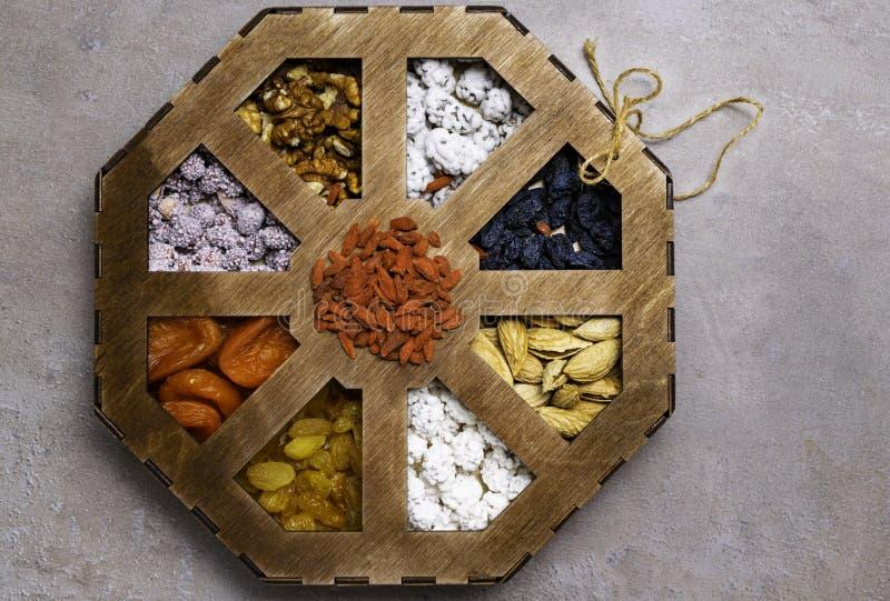 Nueces mezcladas en un fondo gris en caja de madera Comida y bocado sanos Visión superior fotos de archivo