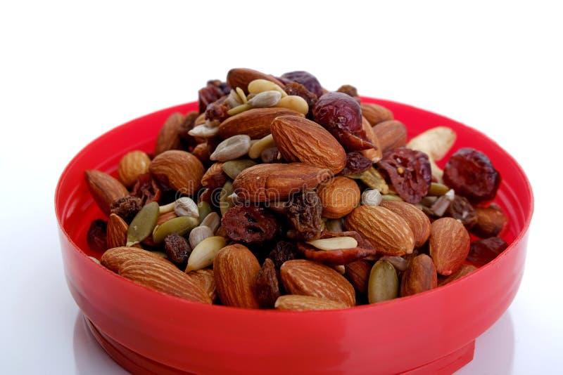 Nueces mezcladas sanas y frutas secadas imagen de archivo