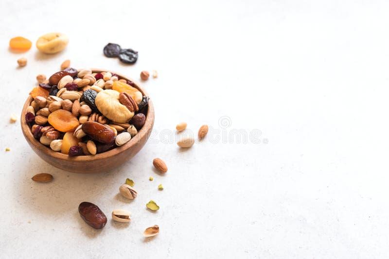 Nueces mezcladas y frutas secadas imagenes de archivo
