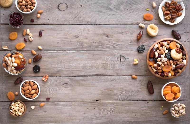 Nueces mezcladas y frutas secadas foto de archivo libre de regalías