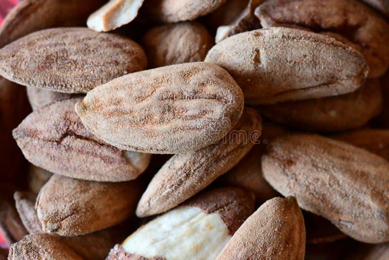 Nueces tostadas frescas para un bocado con nuestros corazones fotografía de archivo libre de regalías