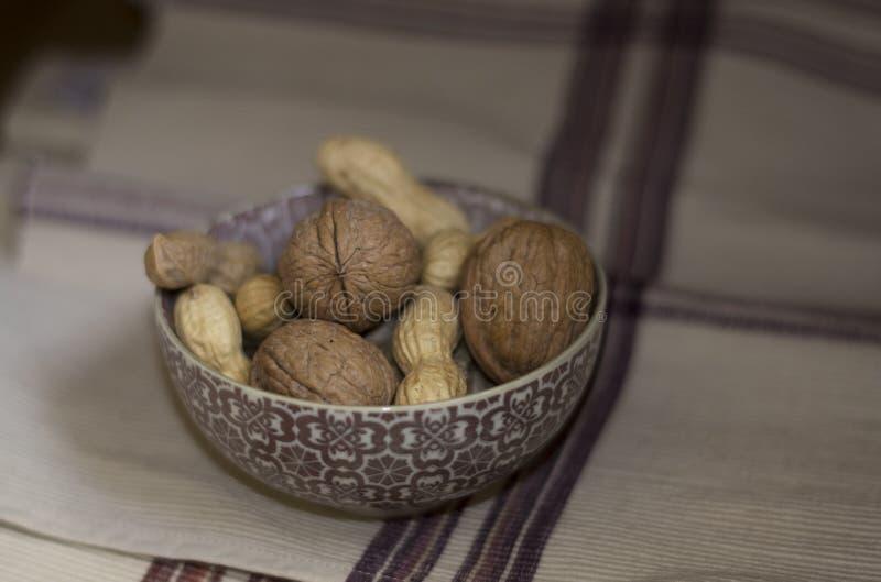 Nueces y cacahuetes/arachidi del noce e foto de archivo libre de regalías