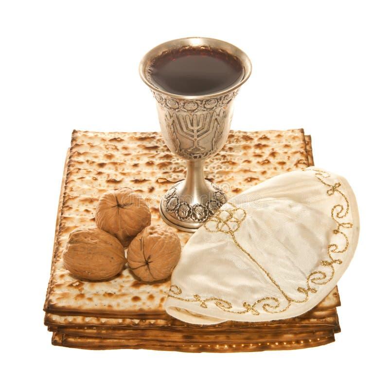 Nueces y Yarmulke de la taza de Kiddush de la plata de Matzoth fotografía de archivo