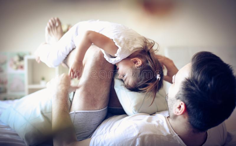 Nuestra rutina de la mañana Solo padre con su niño fotos de archivo