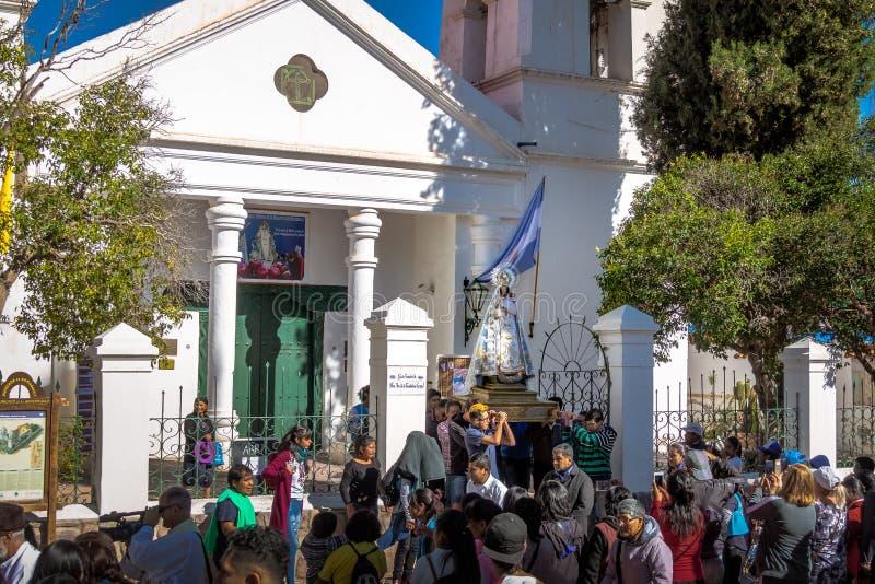 Nuestra señora de la estatua virginal de Candelaria llevó a través de la procesión - Humahuaca, Jujuy, la Argentina foto de archivo libre de regalías