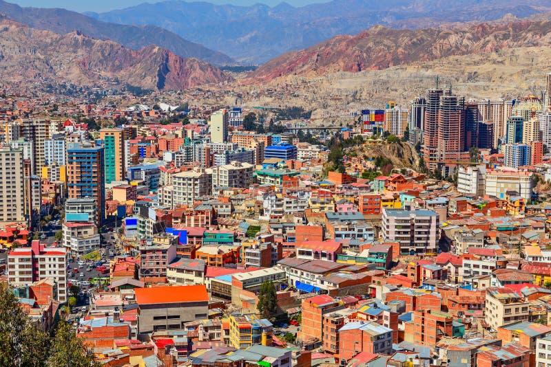 Nuestra Senora de La Paz som växer snabbt färgrika stadsförorter w arkivbild