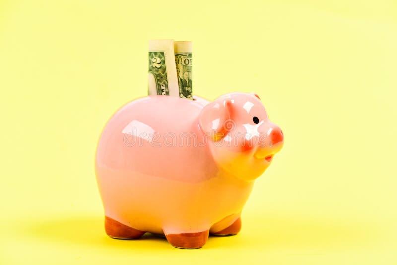 Nuestros ahorros El conseguir rico renta Dinero del ahorro hucha con la pila de oro de la moneda moneybox Puesta en marcha del ne fotos de archivo libres de regalías