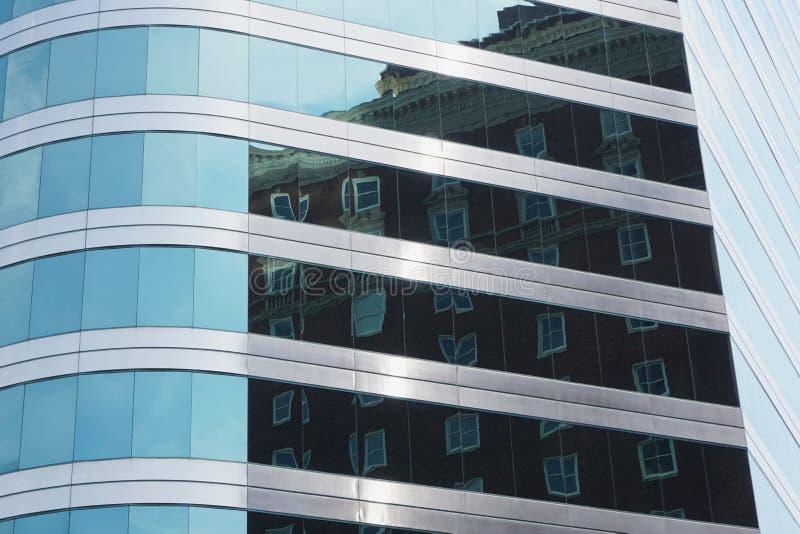 Nueva arquitectura que refleja vieja arquitectura imagen de archivo