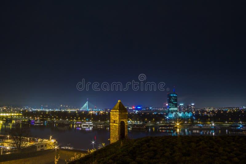 Nueva Belgrado Novi Beograd visto por noche de la fortaleza de Kalemegdan fotos de archivo