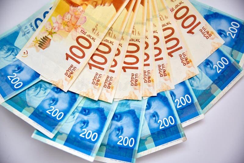 Nueva caída israelí de las cuentas de dinero del shekel en la tabla fotografía de archivo libre de regalías