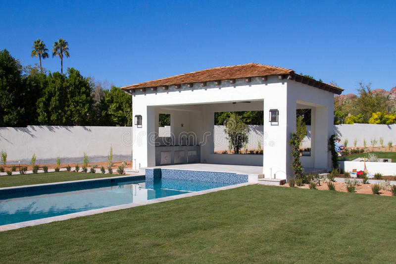 Nueva cabaña de lujo clásica casera moderna de la piscina fotos de archivo