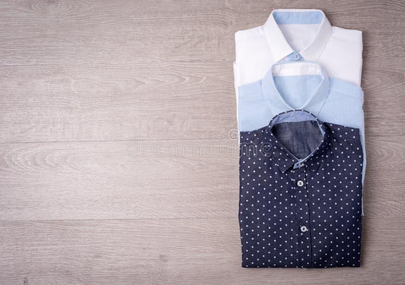 Nueva camisa del ` s del hombre en el fondo de madera fotos de archivo libres de regalías