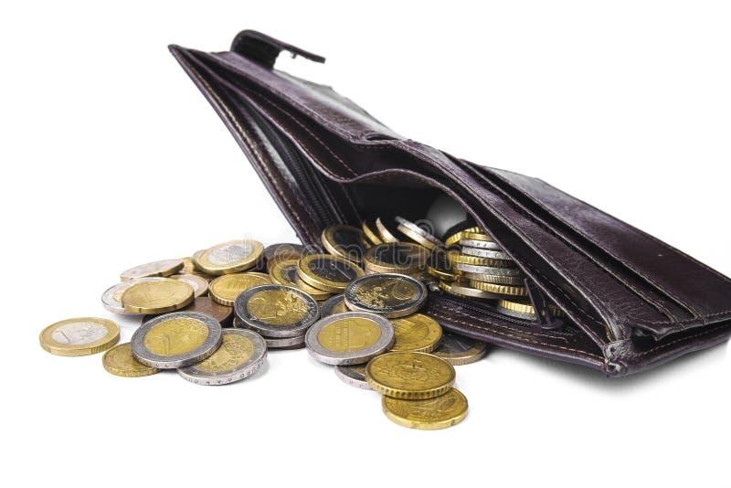 Nueva cartera por completo de monedas euro en el fondo blanco fotografía de archivo