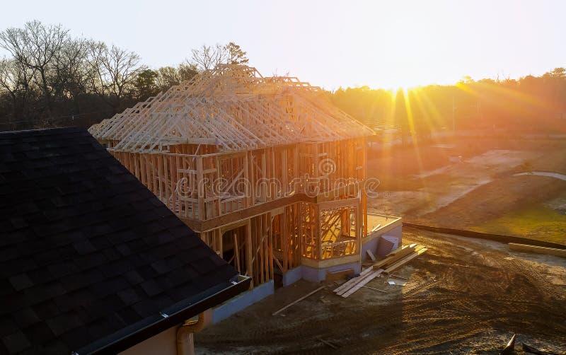 Nueva casa de la construcción residencial que enmarca contra un cielo azul imagen de archivo libre de regalías