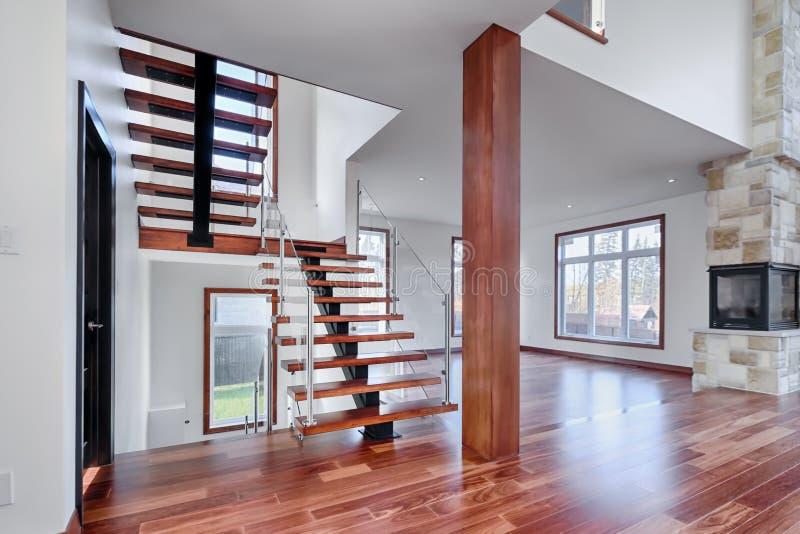 Nueva casa de las escaleras de caoba contemporáneas con los posts imagenes de archivo
