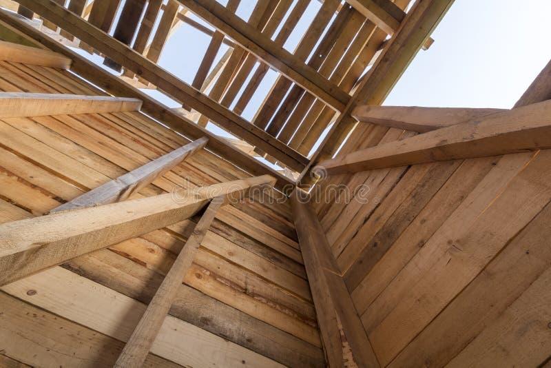 Nueva casa de madera bajo construcción Primer de paredes y del tejado foto de archivo