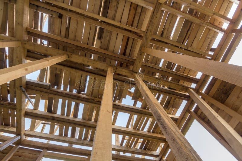 Nueva casa de madera bajo construcción Primer de paredes y del tejado imagen de archivo libre de regalías