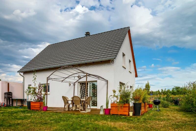 Nueva casa suburbana de la familia cerca de la ciudad foto de archivo libre de regalías