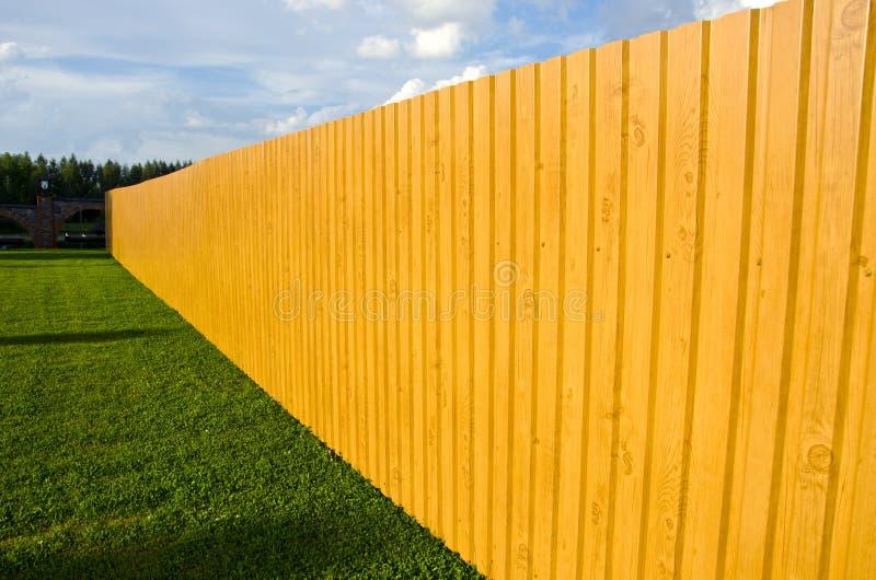 Nueva cerca de madera en granja fotografía de archivo libre de regalías