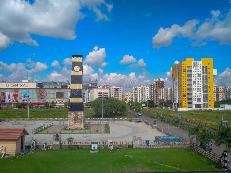 Nueva ciudad, Kolkata, Bengala Occidental, la India - 2 de noviembre de 2018: Una vista de la torre de reloj puesta en la nueva c fotografía de archivo