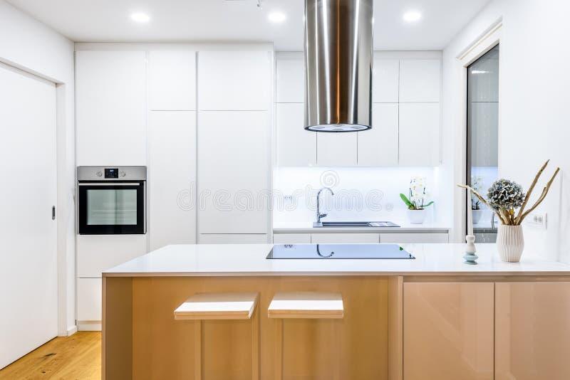 Nueva cocina blanca moderna del diseño interior con los dispositivos de cocina fotos de archivo libres de regalías