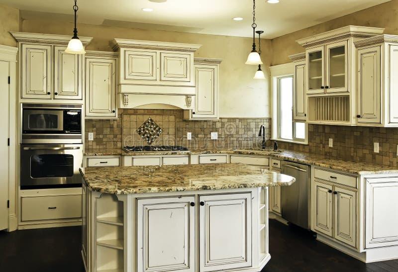 Nueva cocina blanca moderna grande foto de archivo libre de regalías