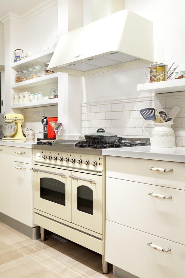 Nueva cocina en un hogar moderno fotografía de archivo