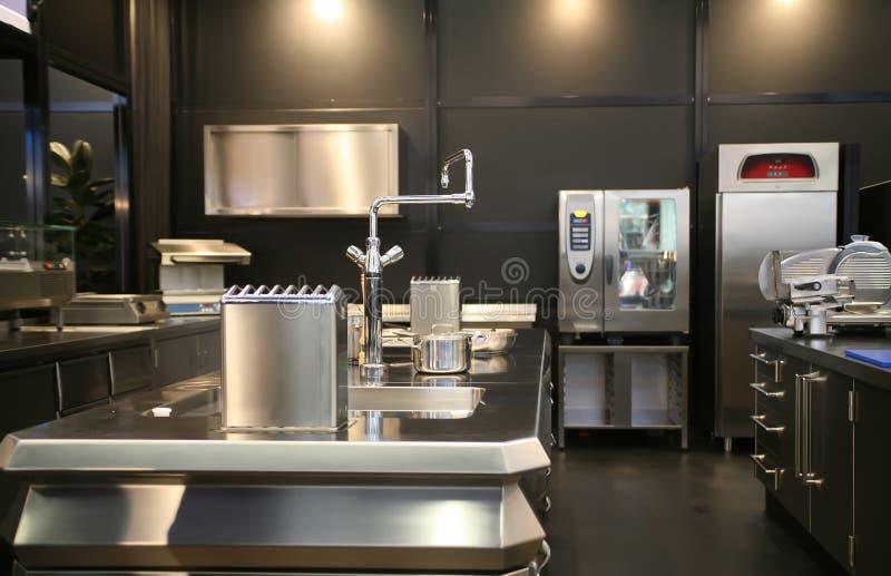 Nueva cocina industrial foto de archivo