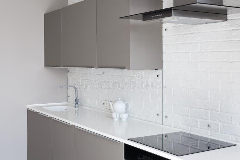 Nueva cocina moderna blanca con la capilla de la encimera y del extractor imágenes de archivo libres de regalías