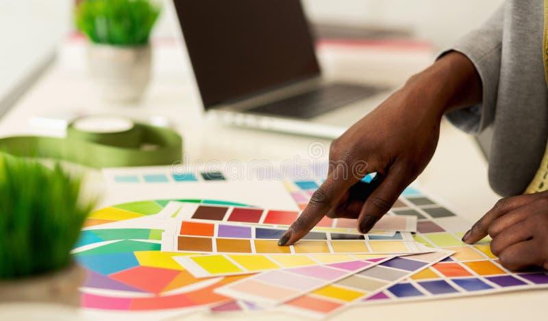 Nueva colecci?n Diseñador de moda que elige los colores, primer fotos de archivo libres de regalías