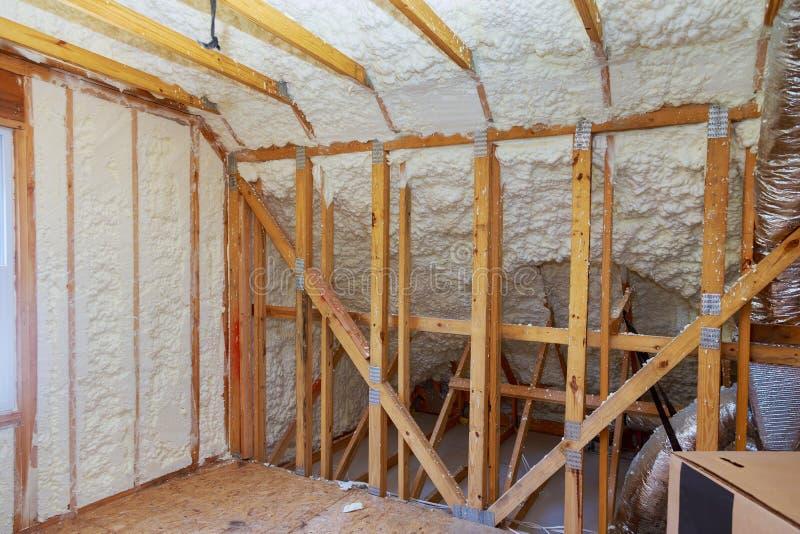 Nueva construcción casera con la instalación del ático con el aislamiento de la espuma imágenes de archivo libres de regalías
