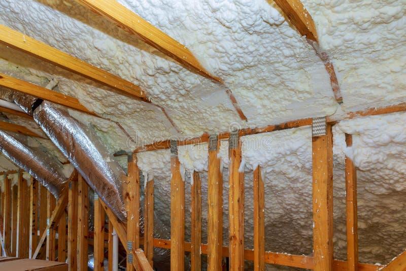Nueva construcción casera con la instalación del aislamiento termal que instala en el ático imagenes de archivo