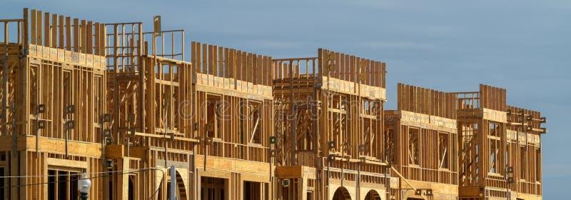 Nueva construcción de viviendas bajo construcción el día soleado en fondo del cielo azul imagen de archivo