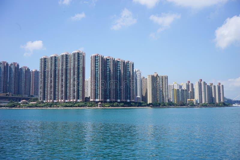 Nueva construcción de viviendas cerca de un lago imagen de archivo