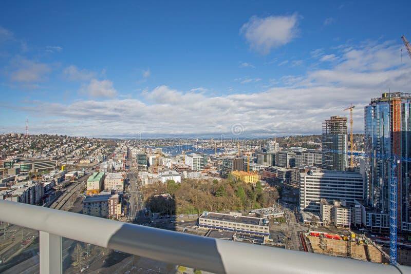Nueva construcción de viviendas con la vista panorámica de la ciudad Seattle foto de archivo