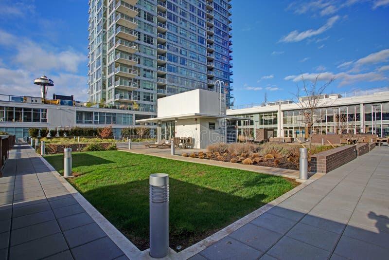 Nueva construcción de viviendas con la vista panorámica de la ciudad Seattle fotografía de archivo