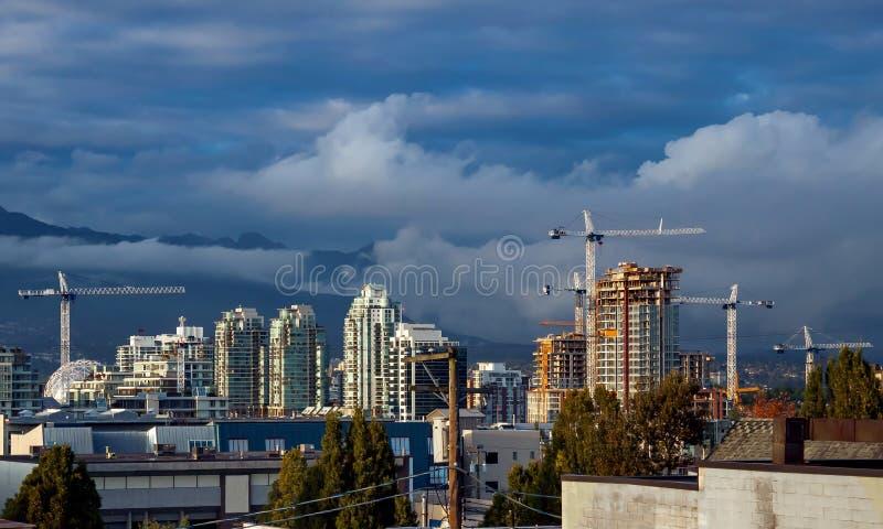 Nueva construcción en el centro de la ciudad en el fondo del cielo dramático imágenes de archivo libres de regalías