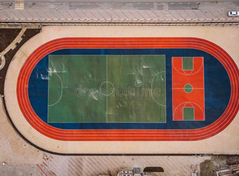 Nueva corte del deporte para el fútbol, el fútbol y el tenis en el diseño urbano del paisaje, top aéreo abajo de la visión imagen de archivo libre de regalías