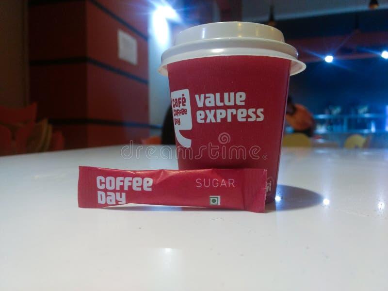NUEVA DELI, la INDIA - 25 de marzo de 2019: café del día del café del café con la bolsa del azúcar fotos de archivo