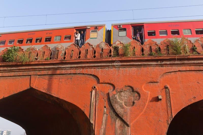 NUEVA DELI, LA INDIA - 13 DE MARZO DE 2018: tren de pasajeros en el puente fotografía de archivo libre de regalías