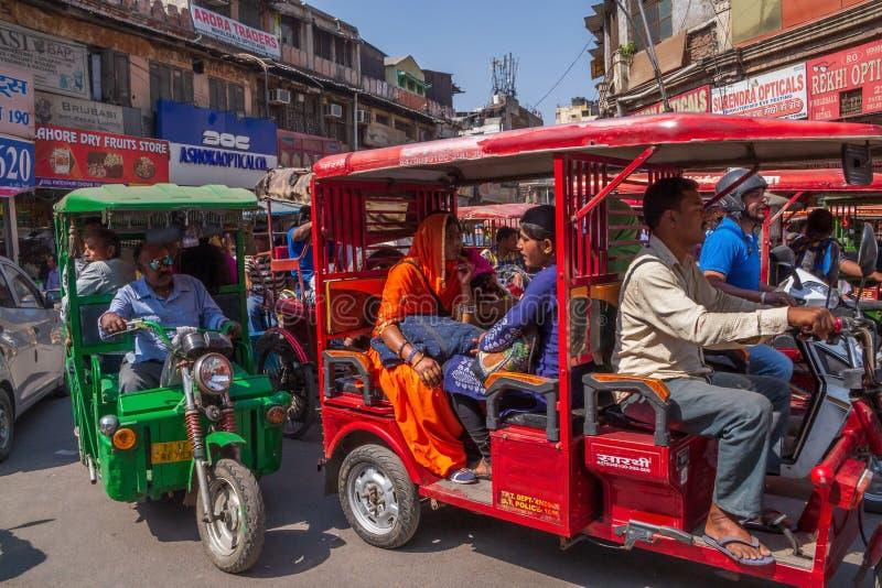 NUEVA DELI, LA INDIA - 13 DE MARZO DE 2018: tuk-tuks en la calle de Chandni Chowk imagenes de archivo