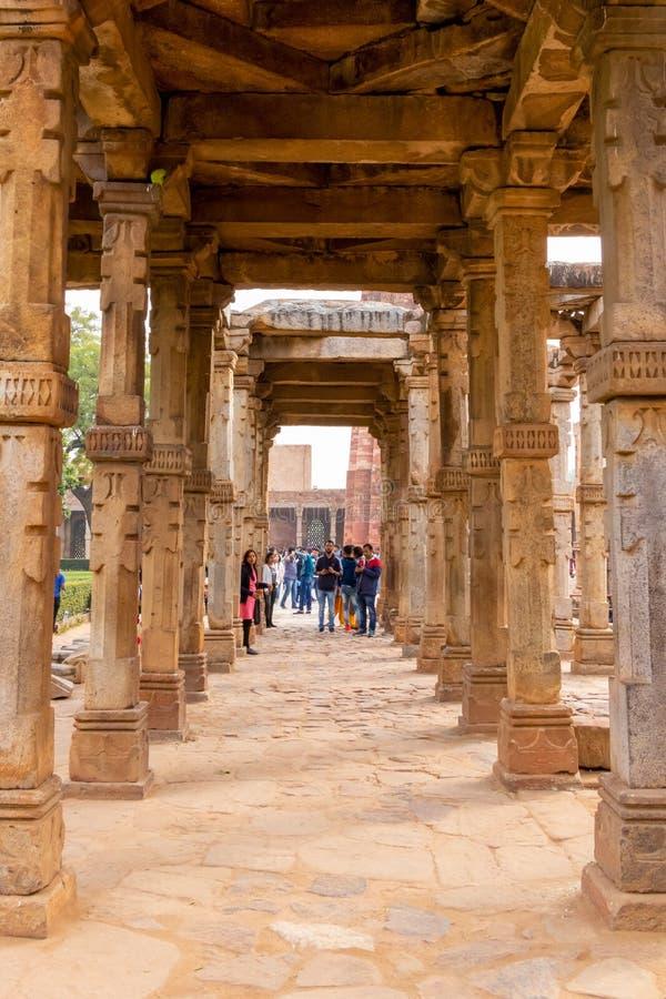 Nueva Deli, la India - febrero de 2019 Complejo de Qutub Minar, complejo de Qutub de la visita de los turistas en Delhi, la India fotografía de archivo