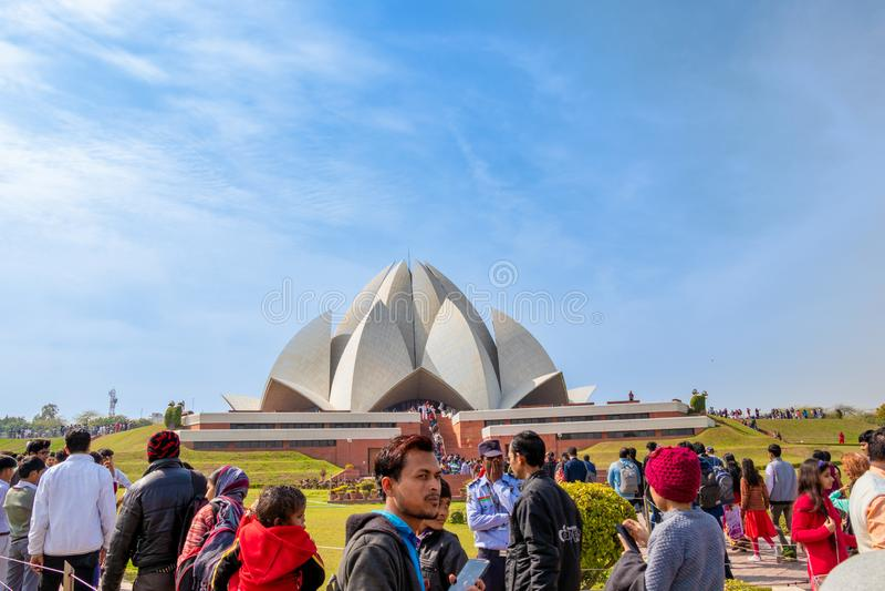 Nueva Deli, la India - febrero de 2019 Gente que visita a Lotus Temple en Nueva Deli en un d?a soleado brillante imagen de archivo