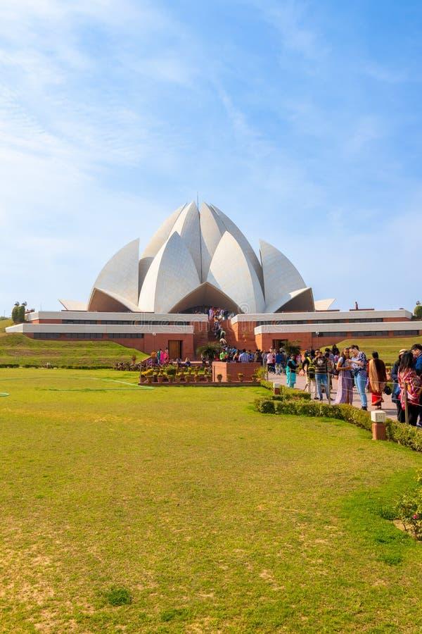 Nueva Deli, la India - febrero de 2019 Gente que visita a Lotus Temple en Nueva Deli en un d?a soleado brillante imágenes de archivo libres de regalías