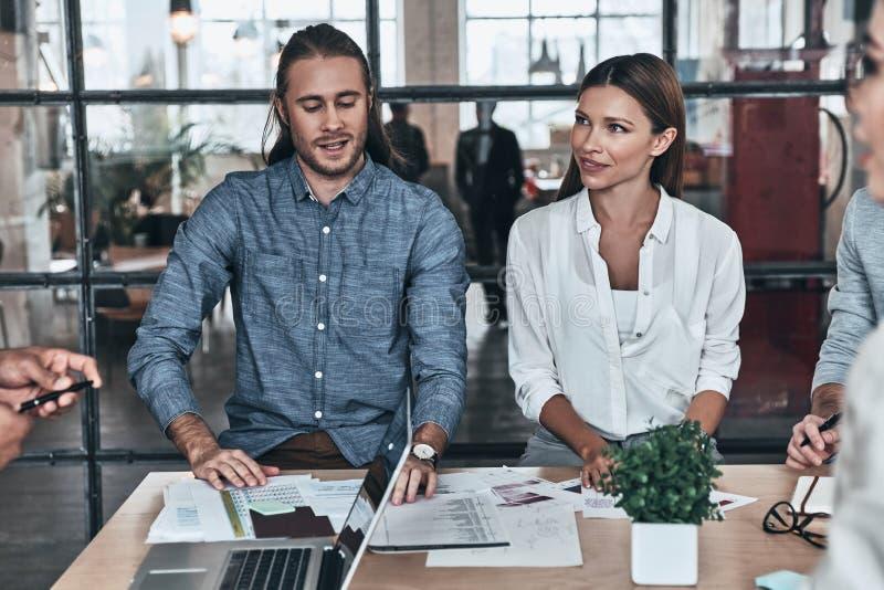 Nueva estrategia que se convierte Grupo de hombres de negocios jovenes del trabajo imagen de archivo