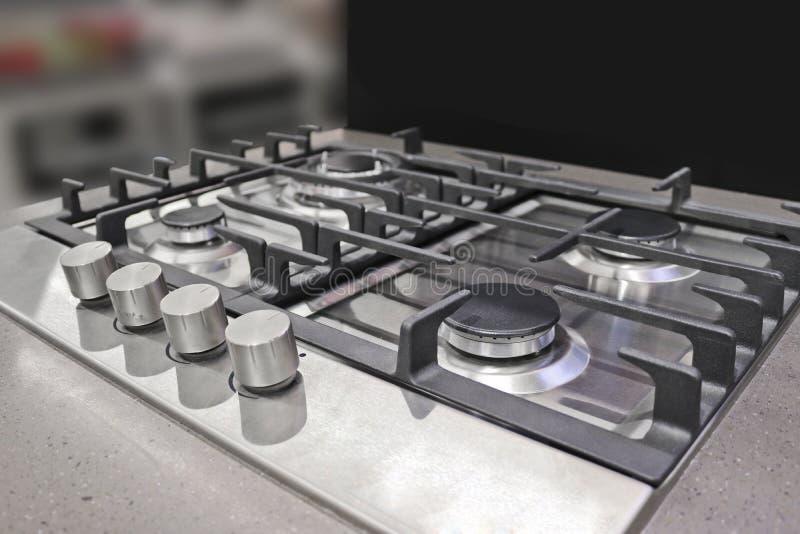 Nueva estufa de gas moderna con cuatro hornillas para la cocina, superficie de acero inoxidable imagenes de archivo